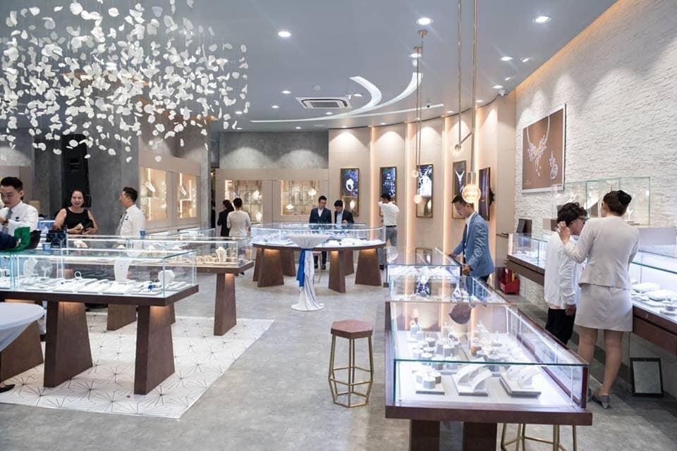Khách hàng nên chọn mua trang sức 18K tại Cửa hàng trang sức uy tín như PNJ.